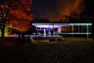 People gathered outside of Farnsworth House