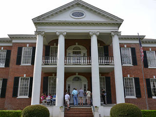 Facade of Auburn in Natchez. Sourced from Flickr CC.